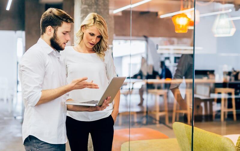 ¿Cómo encontrar un mentor? En incubadoras o aceleradoras de negocio y coworkings.
